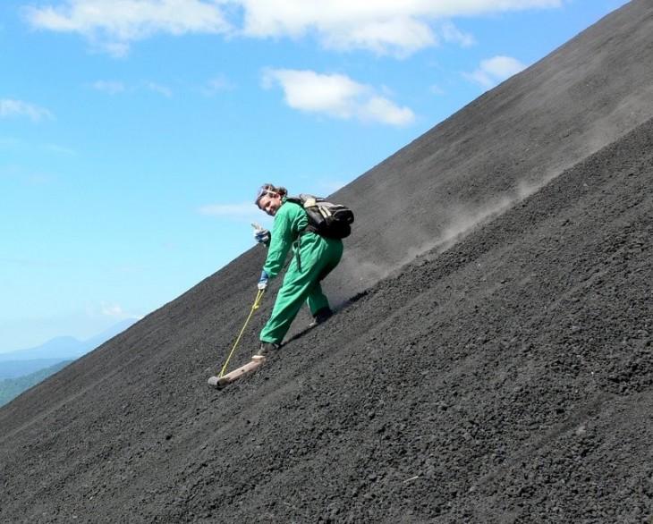 Persona deslizándose por una montaña