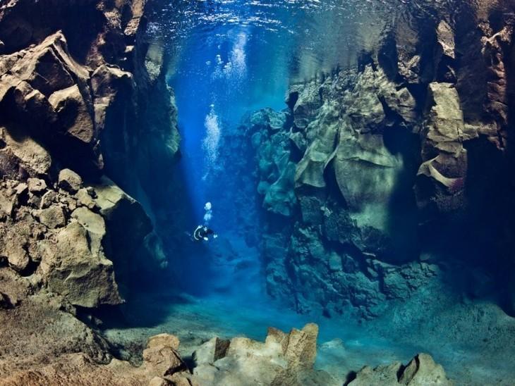 Persona buceando en el fondo del mar