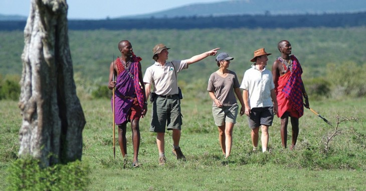 Turistas platicando con personas de Maasai, Tanzania