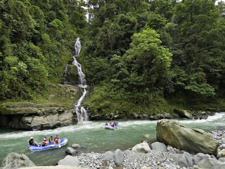 Personas sobre lanchas por un río en Costa Rica