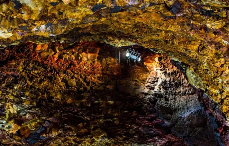 Personas dentro de una mina observando lo que hay dentro