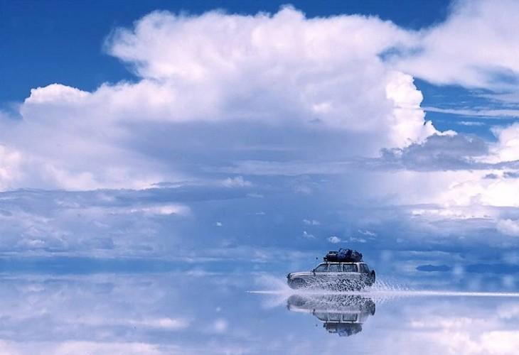 Camioneta atravesando el Salar Uyuni