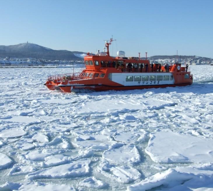 Barco navegando sobre una superficie de nieve