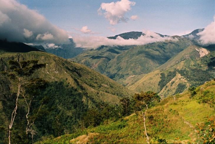 fotografías de montañas con áreas verdes