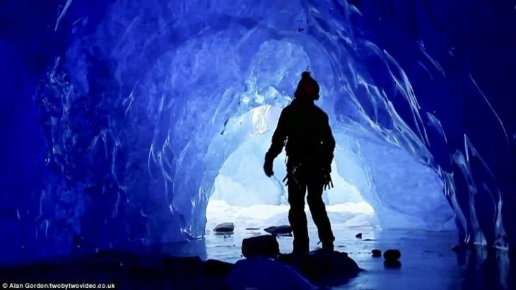 Una persona dentro de una cueva del glaciar