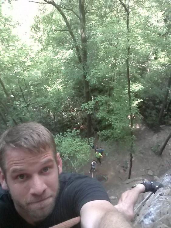 chico tomándose una selfie mientras escala una montaña