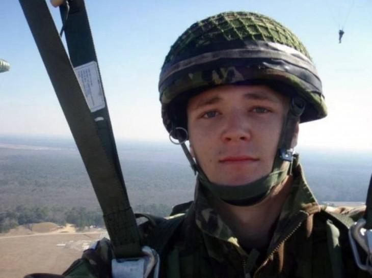 Selfie de un soldado que va en un paracaídas