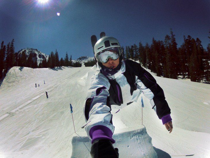 Selfie de un chico mientras esta esquiando
