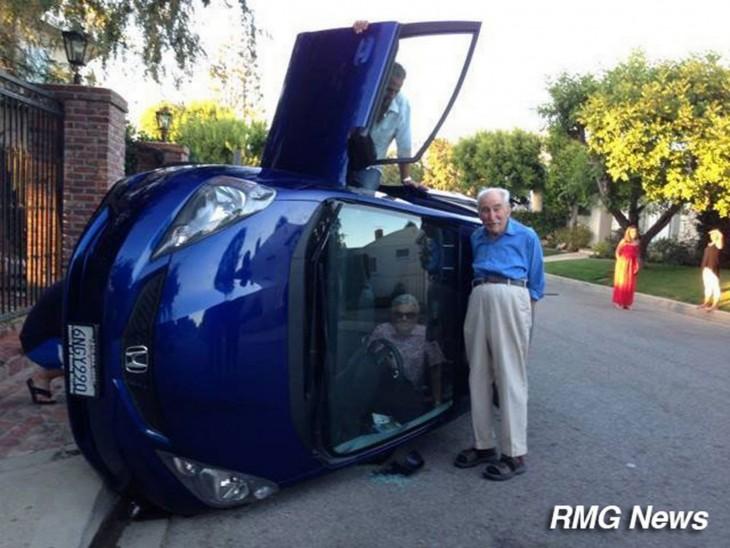 Fotografía de un accidente de automóvil con una mujer anciana dentro y un anciano fuera del coche