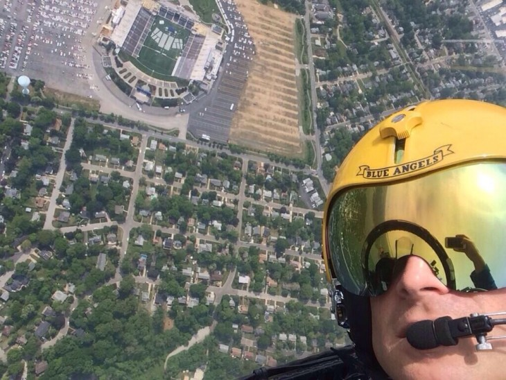 Selfie de un hombre y detrás tiene una ciudad