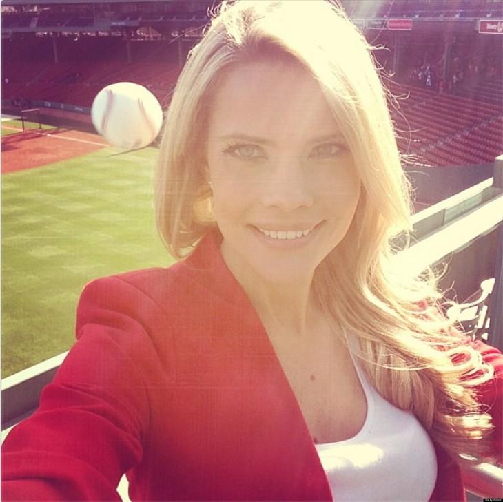 fotografía de una mujer a punto de ser golpeada por una pelota de Beisbol
