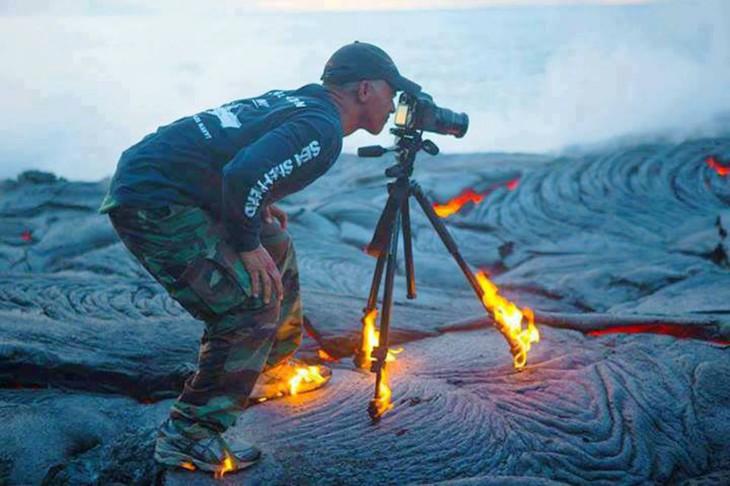 Fotógrafo con la cámara en llamas en un desierto