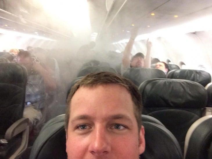 Selfie de un chico durante un accidente de un avión