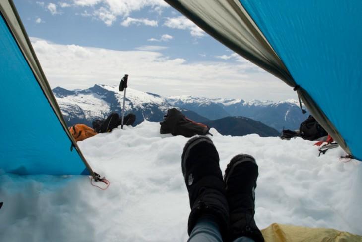 campamento en montaña nevada