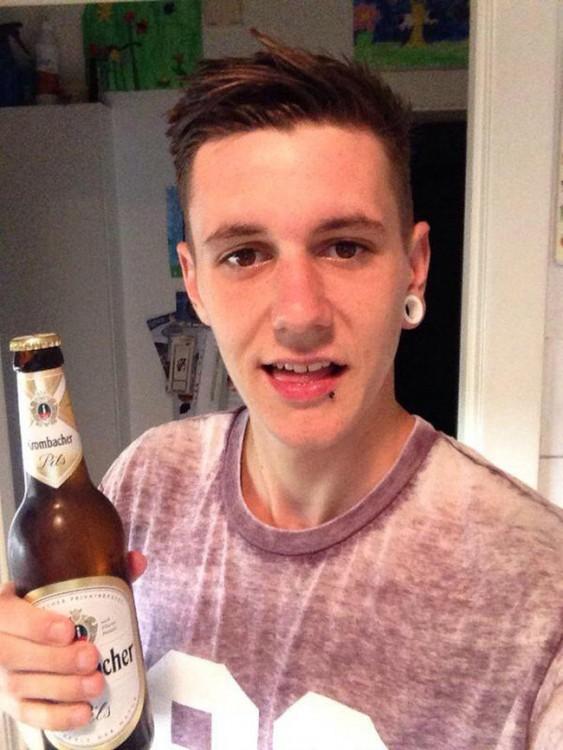 Charlie Fisher tomando una cerveza