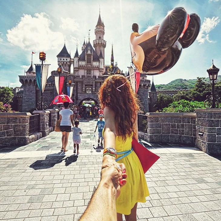 Novios de la mano en Disneyland de Hong Kong