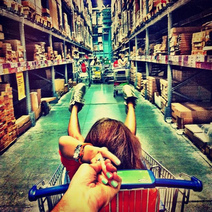pareja se divierte de compras