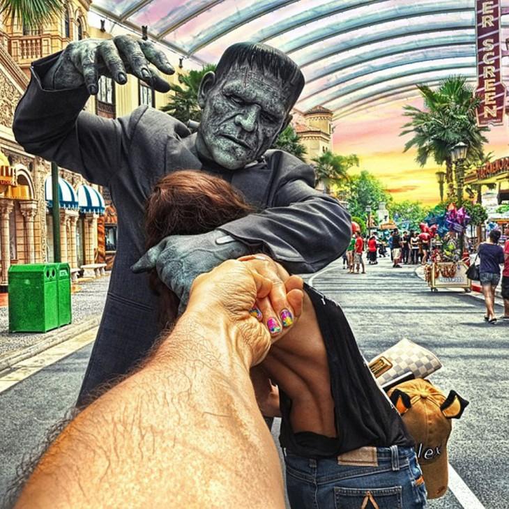 Frankenstein ataca a Natalia en los Universal Studios de Singapur.
