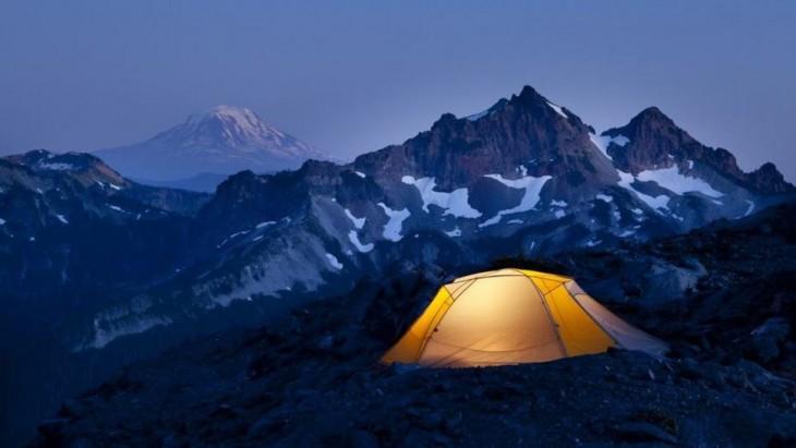 noche en medio de las montañas