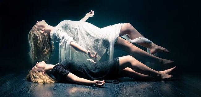 un espíritu saliendo del cuerpo humano
