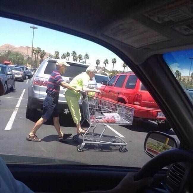 anciana arriba de carrito super mercado