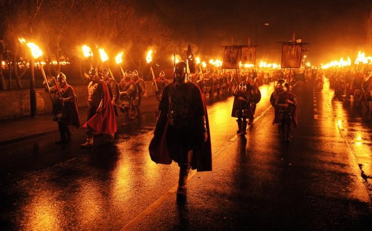 gente con fuego en la noche del Festival del Fuego