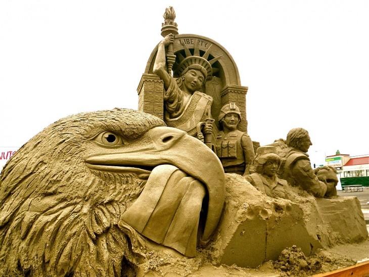 Estatua de la libertad y un águila
