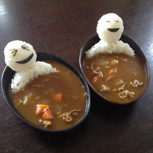 muñecos de arroz tomando un baño caliene