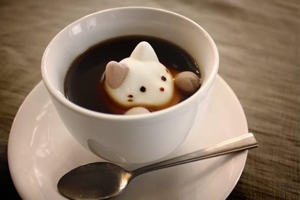 un gatito en el te