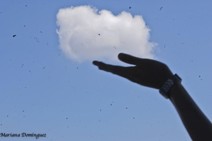 sosteniendo una nube