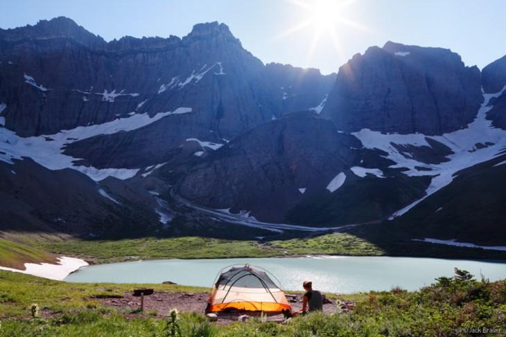 carpa en medio de las montañas