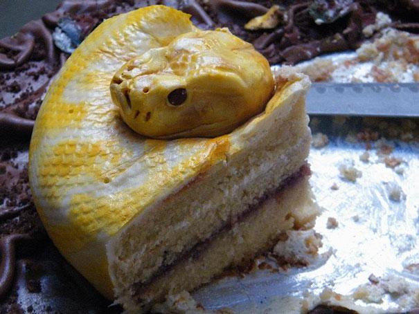 rebanada de pastel forma serpiente