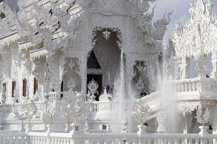 esculturas budistas en Templo Blanco de Tailandia