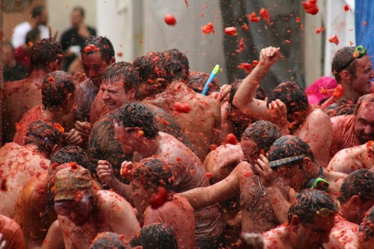 Fiesta de la tomatina, personas se arrojan tomates en españa