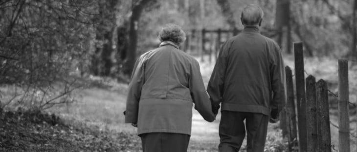 viejitos caminando de la mano