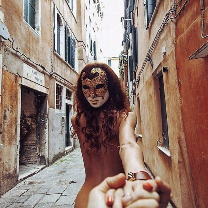 En Venecia, Natalia lleva una máscara de carnaval en la parte posterior de la cabeza