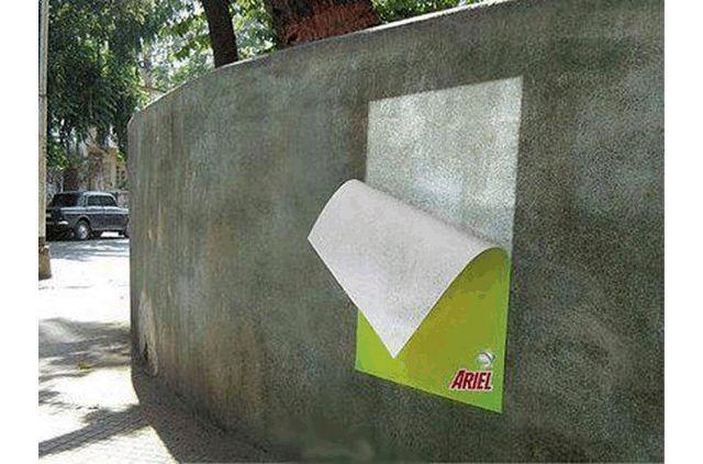 publicidad de jabon en polvo ariel, cartel sobre un muro blanqueado