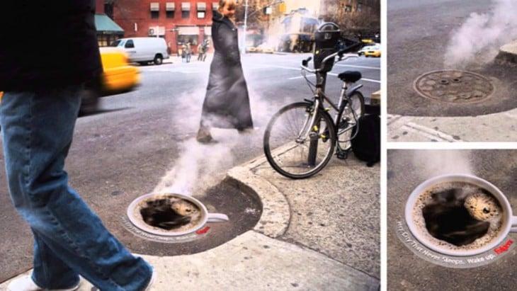 Alcantarillado lanza vapor semejando una taza de café (publicidad)