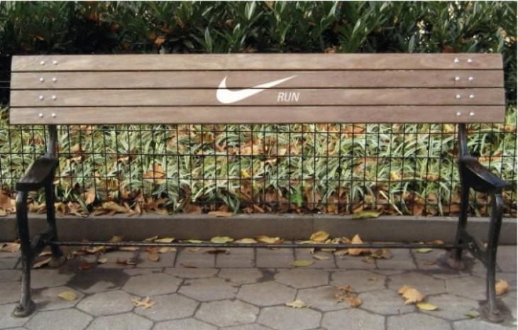 publicidad de Nike donde falta la mitad de sentarse de un banco incentivando a correr