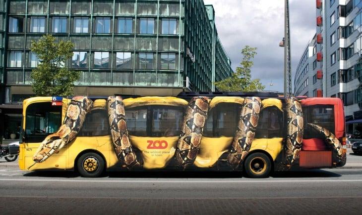 omnibus pintado para publicidad de ZOO