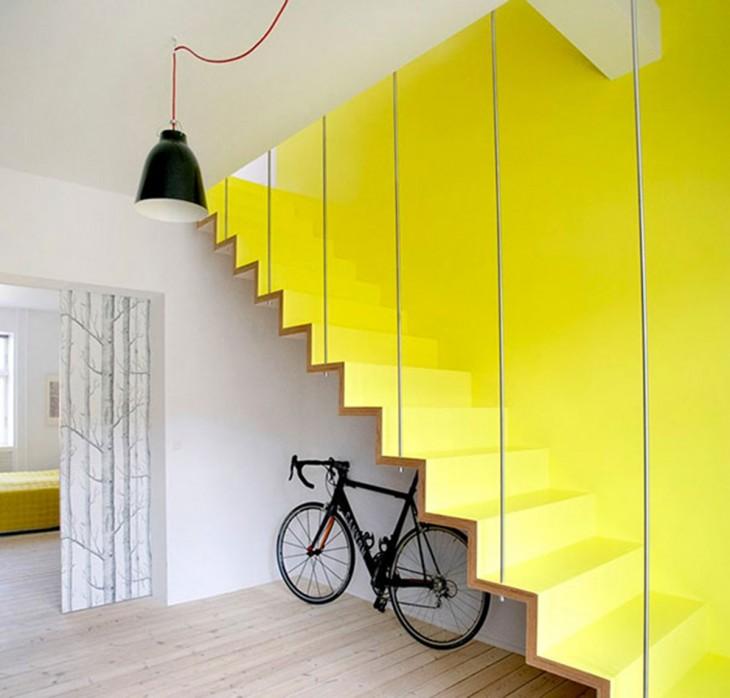 colorida escalera amarilla con una bicicleta debajo