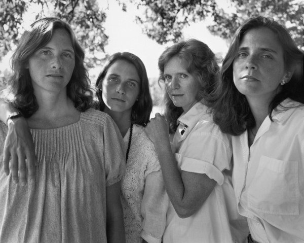 4 mujeres en un jardin