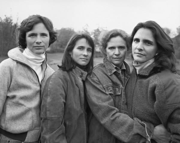 4 mujeres al lado de un lago