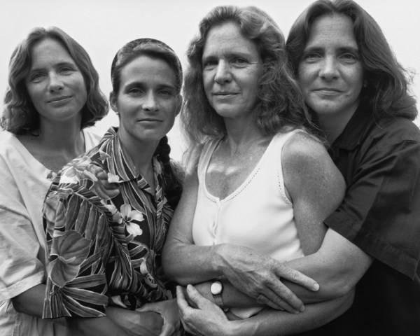 4 mujeres abrazandose