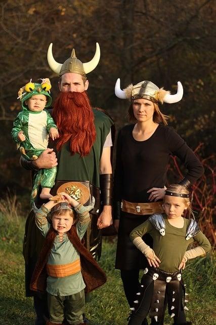 familia disfrazada de vikingos