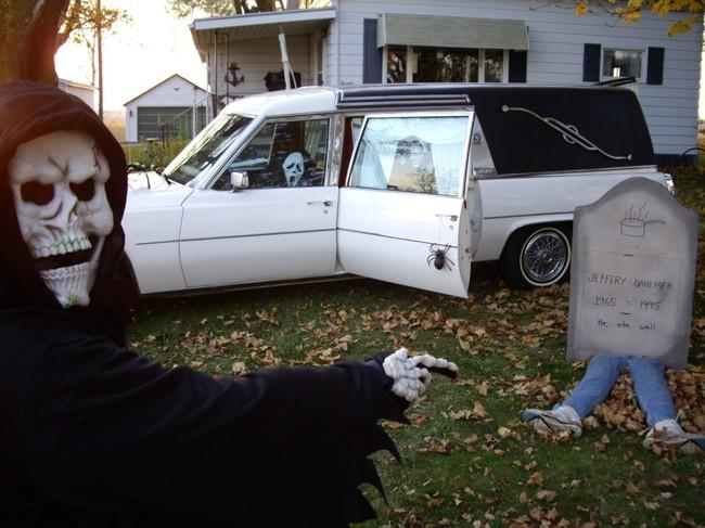 carro del terror estacionado en el jardin