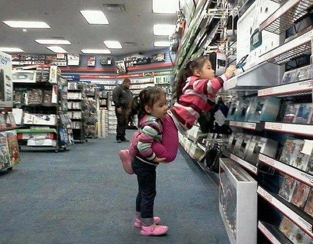 niña cargando  su hermana