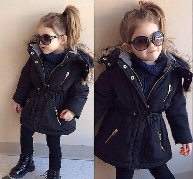 niña con chamarra y leggins
