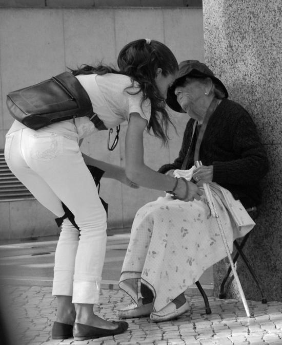 ayuda a anciana