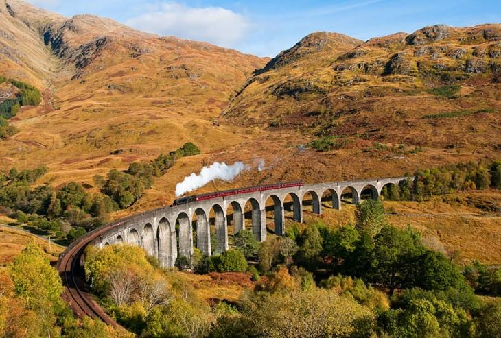 tren pasando por Viaducto Glenfinnan , Escocia